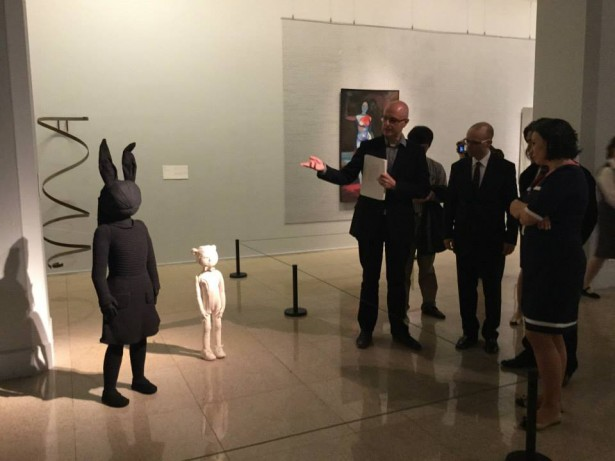 Kurator Jarosław Lubiak oprowadza gości po wystawie